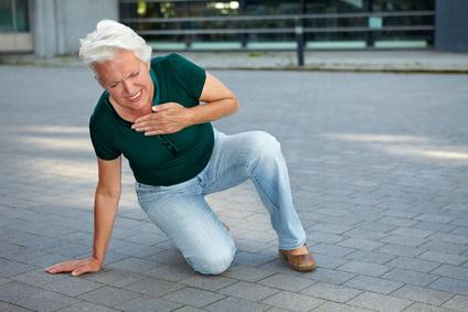 Seniorin bekommt Herzinfarkt